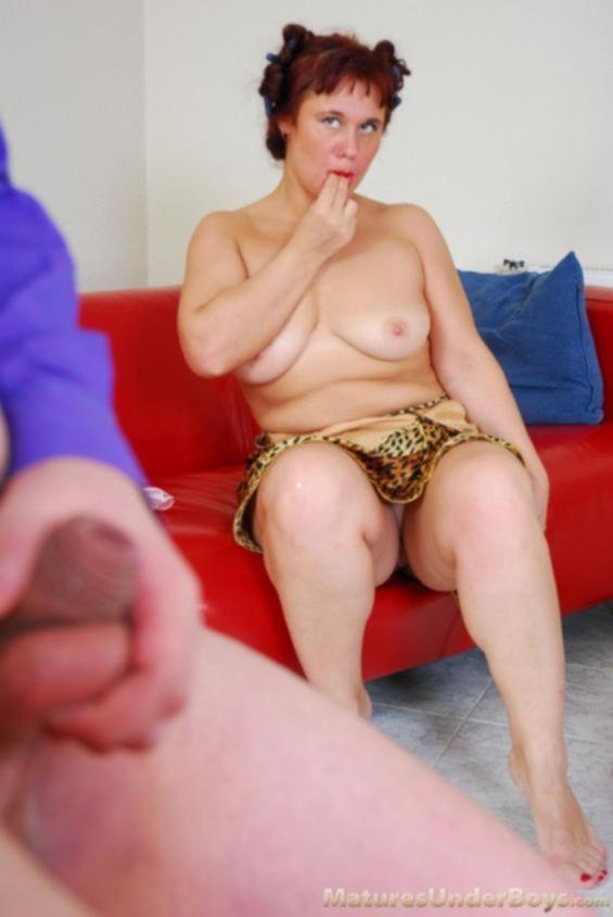 Похотливый сынок совратил толстую мамку в бигудях на жёсткий инцест