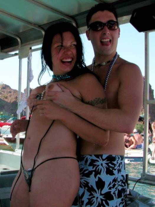 Пляжные телочки в бикини оголяют сиськи и бритые письки