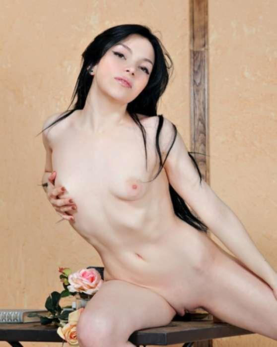 Сексуальная брюнетка играет с вагиной на столе
