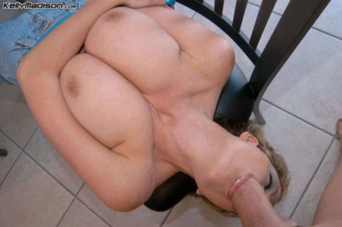 Зрелая шлюха с большими сиськами обожает раздвигать ноги