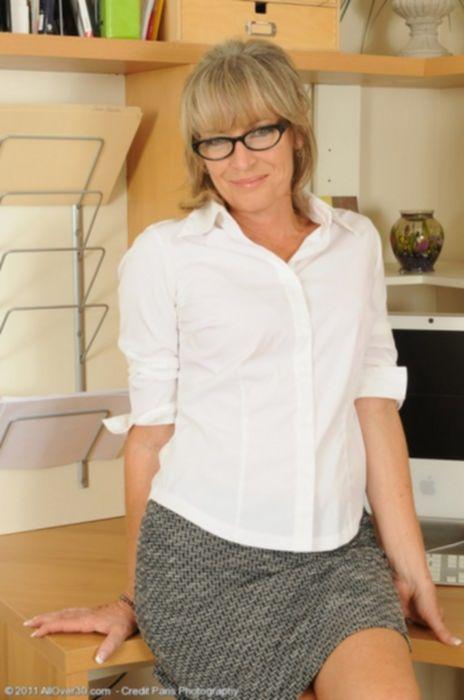 Порно фото зрелой секретарши в красном нижнем белье