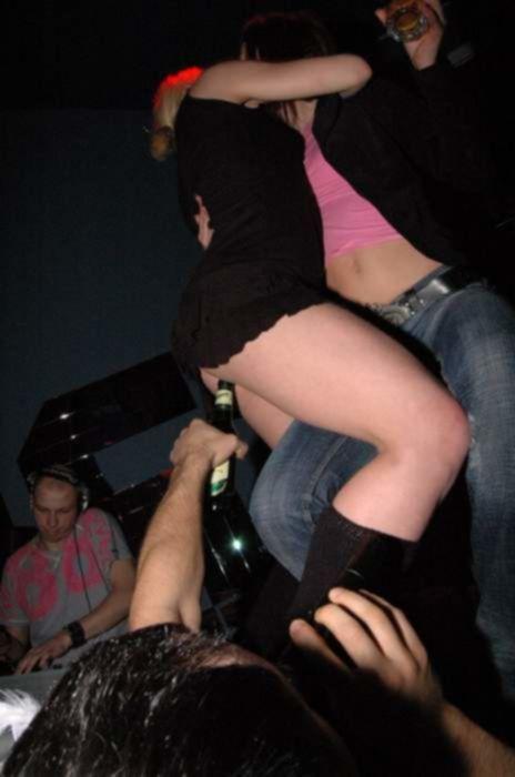Секс фото на вечеринке девушка танцует, а ей в попку засовывают бутылку из под пива