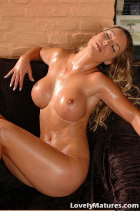 Горячая блондинка в бикини возбуждена до предела и трёт свой клитор с пирсингом