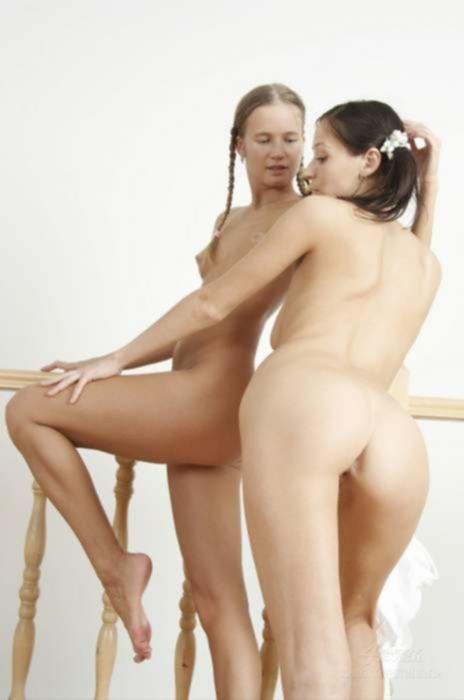 Русские молоденькие лесбиянки играют со своими бритыми вагинами на ступеньках
