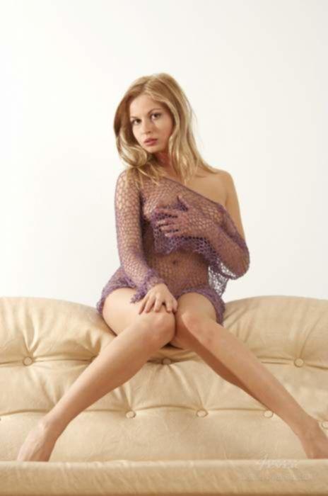 Русская подруга в сетчатом платье знает много сексуальных поз