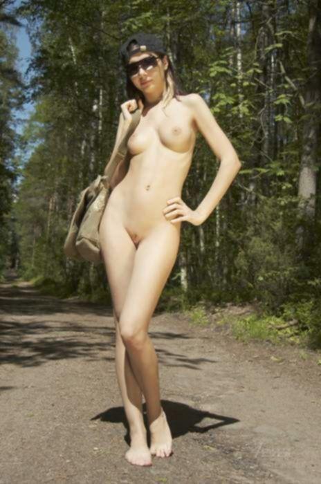 Русская гёрлскаут любит ходить по лесу голой и в кепке