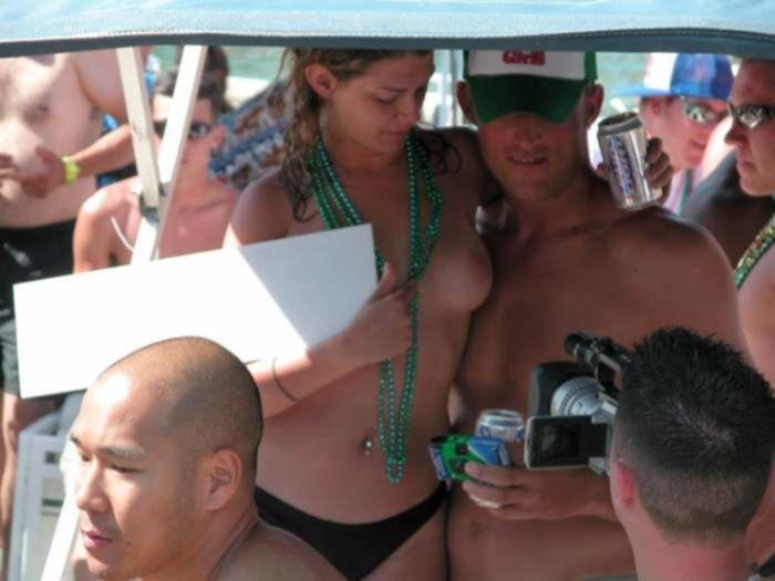 Молодые девчата в бикини с радостью обнажаются на фото