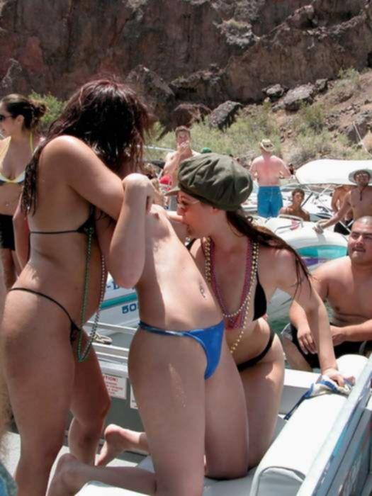 Мастурбация на пляже девушек в сексуальном бикини