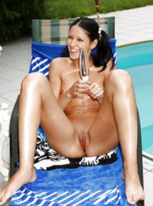 Молоденькая сучка в мокром бикини играет с секс игрушками у бассейна