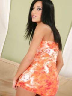 Любительские фото сексуальной брюнетки в платье