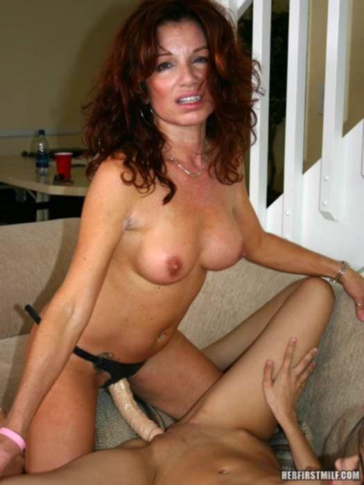 Инцест порно фото зрелой мамы которая лижет и трахает пизду родной дочки резиновым членом на поясе