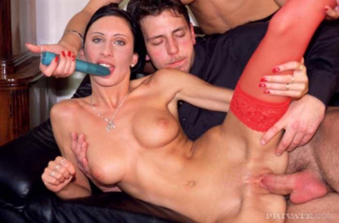 Горячий групповой секс с двумя шлюхами в красных и черных нейлоновых чулках