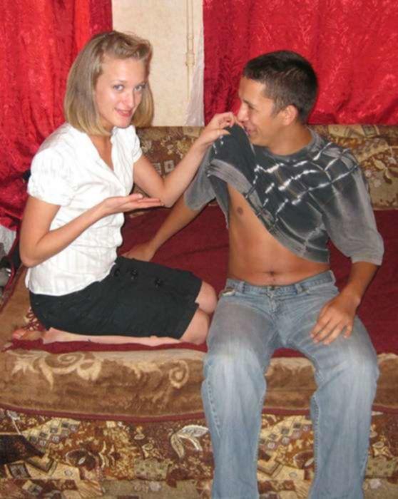 Молоденькую подружку дома трахает в анал в позе догги стайл