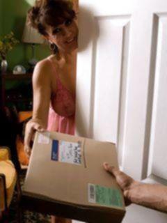 Зрелая леди в колготках совратила молодого почтальона
