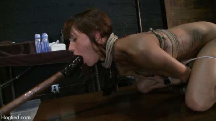 Связанную студентку ебёт палками с наконечниками в подвале во время жёсткого БДСМ
