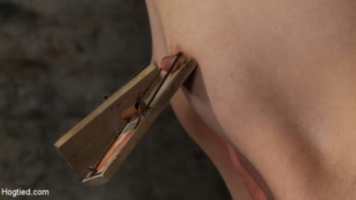 Связанная брюнеточка нормально отсосала хуй в стиле БДСМ