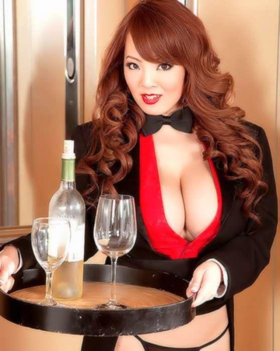 Азиатка-официантка с большими натуральными сиськами