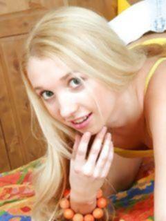 Молоденькая блондинка любит мастурбировать пизду вибратором