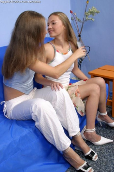 Близняшки лесбиянки лижут бритые вагины