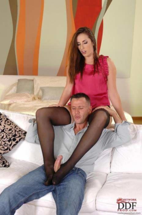 Сочная проститутка удовлетворила фут фетишиста ножками