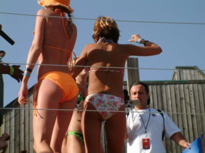 Сочные сучки в бикини нарвались на грубый секс в публичном месте