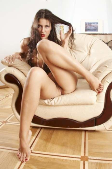 Элегантная русская чикса в бусах обожает эротично раздеваться
