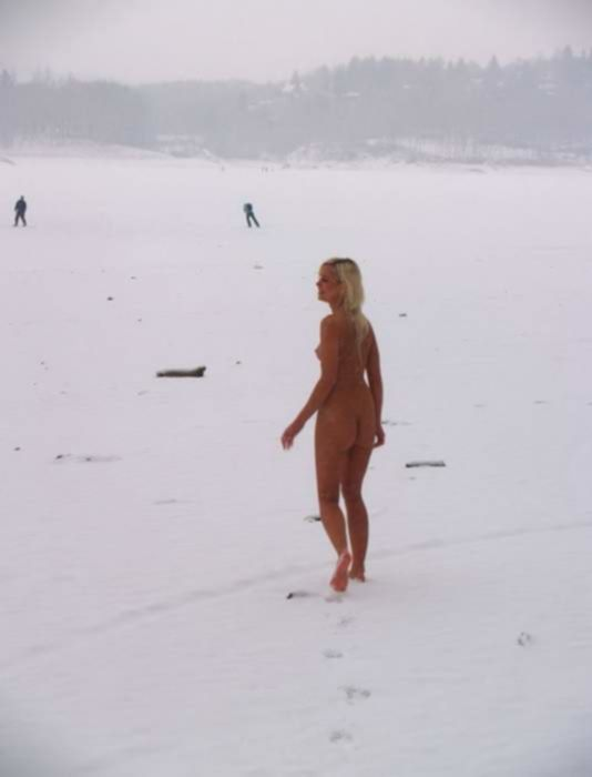 Русская студентка в шарфике оголила пилотку на зимней улице