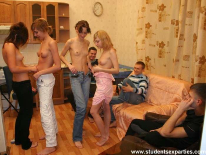 Пьяные русские студенты устроили групповую анальную секс вечеринку после игры в бутылочку на раздевания