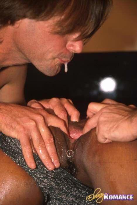Два парня разрывают киску негритянки пальцами и плюют в её дыру