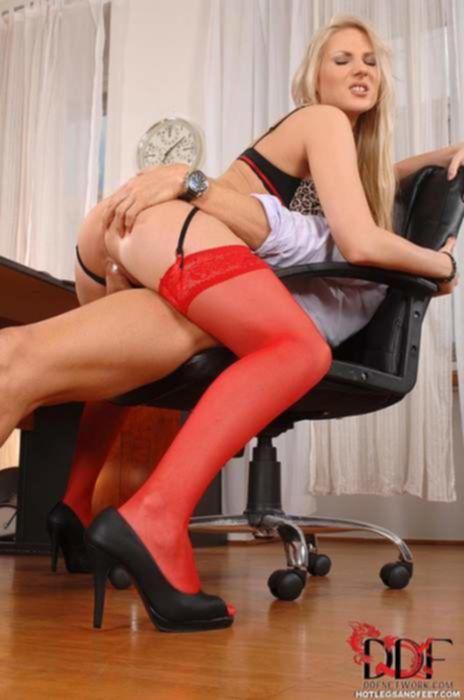 Зрелый учитель в классе трахает шикарную проститутку в красных нейлоновых чулках в бритую пилотку и тугой анал