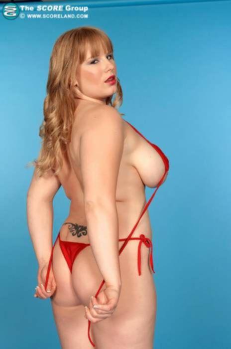 Толстушка в красном бикини мастурбирует пизду и ласкает большие сиськи