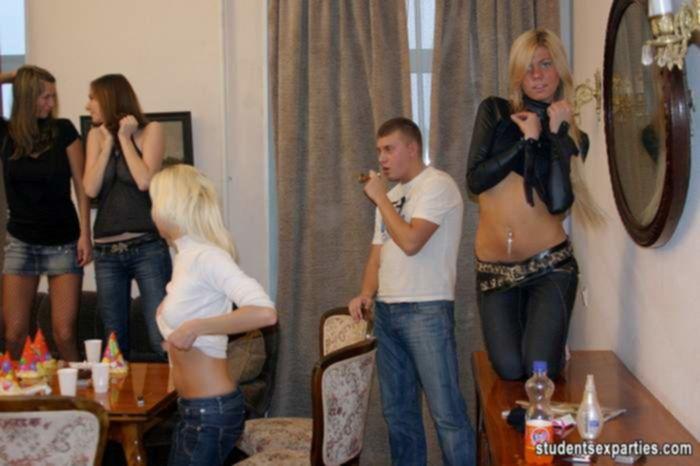 Вечеринка закончилась тремя хуями в одной порно сучке и групповой еблей
