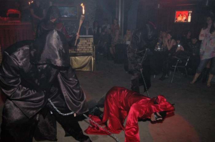 Пьяная девица устроила секс вечеринку на дискотеке, раздевшись до гола и натерев свои сиськи и пизду сладким кремом на сцене
