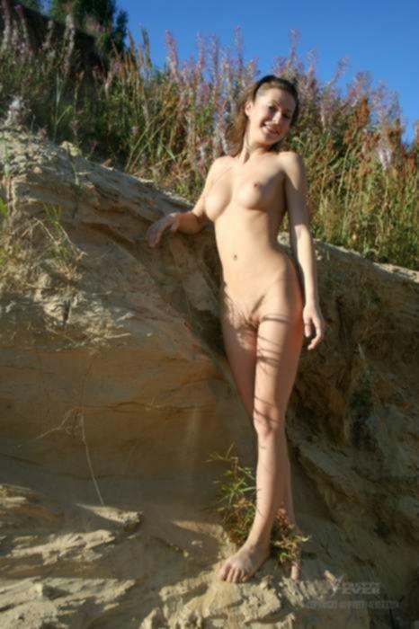 Молоденькая русская девушка голой позирует в песчаном каръере