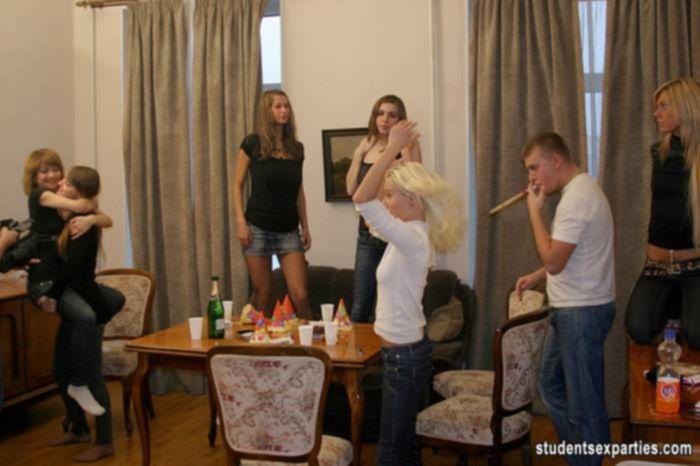 Толпа молодых студенток классно потрахалась на оргии
