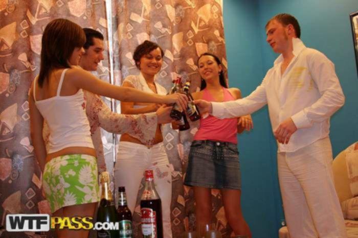 Игривая студентка реально натрахалась находясь на порно вечеринке