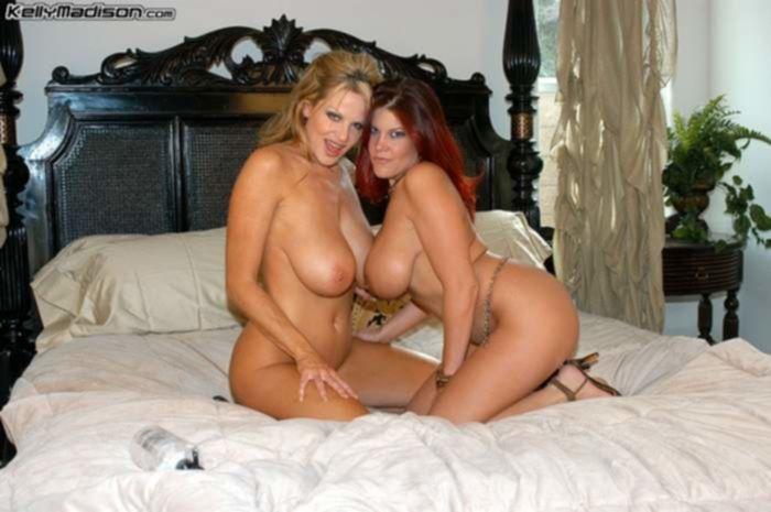 Зрелые лезбиянки с большими сиськами занимаются развратом на большой кровати