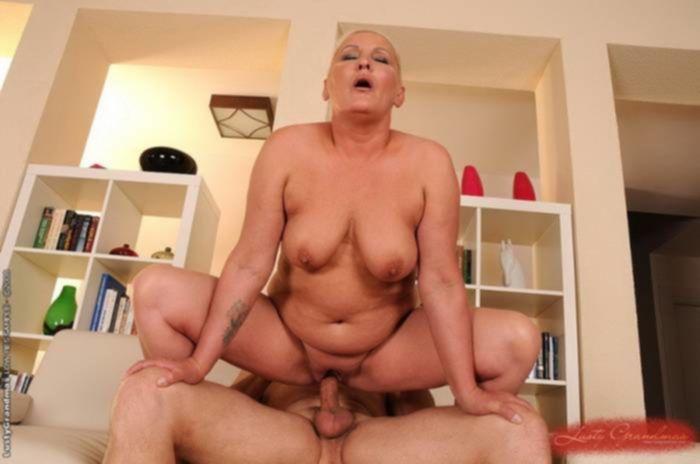 Бабуля с висячими сиськами дико трахнулась верхом на пенисе