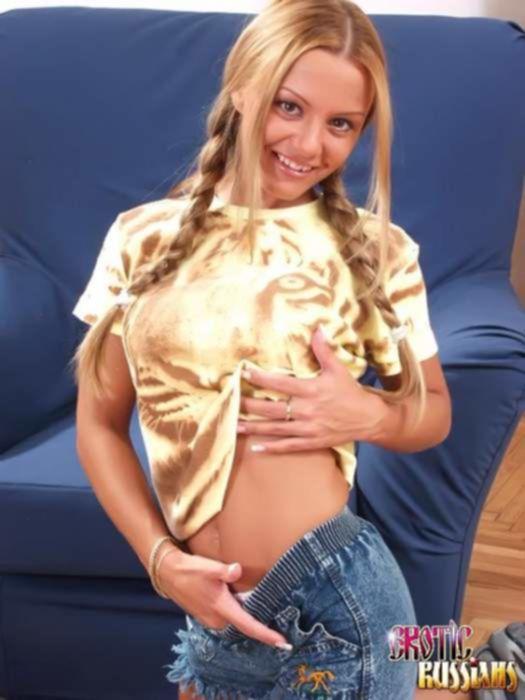 Красивая русская студентка с двумя косичками суёт пальчик в свою киску