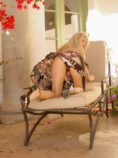 Сексуальная блондинка любит мастурбировать на досуге