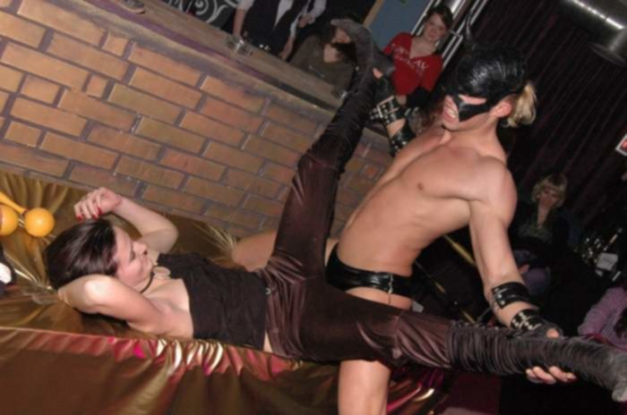 Стриптизёр задал жару молодой распутнице на порно вечеринке на глазах у публики