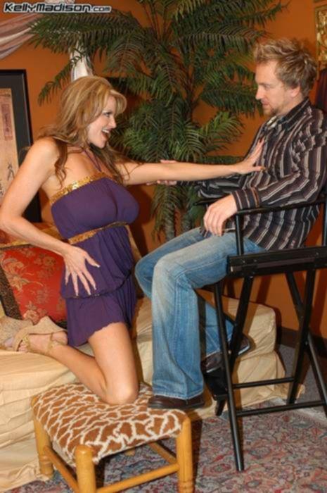 Зрелая порно актриса дрочит большой хуй парня своими большими натуральными сиськами