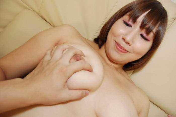 Азиатка с рыжей пиздой долго мастурбировала свою мохнатку пока ее не трахнул раком молодой паренек