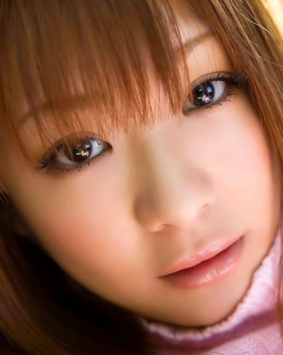 Сексуальная азиатка показывает сиськи и попку