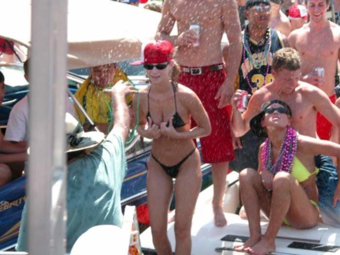Молоденькие соски в бикини не против группового внимания членов к ним на пляже