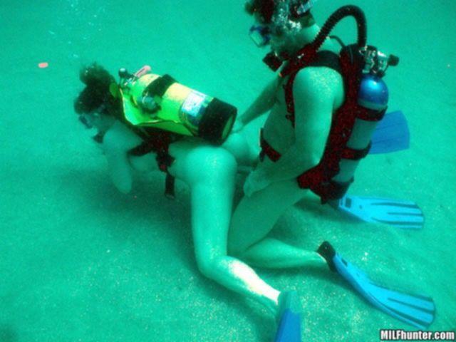 Трахает под водой шлюху с натуральными большими сиськами