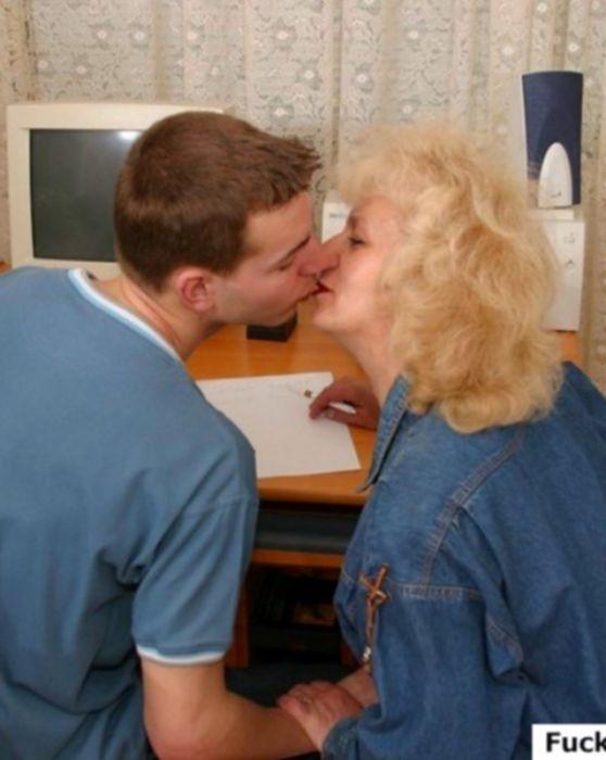 Молодой студент трахает старую учительницу