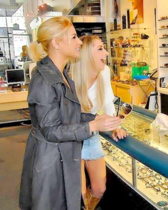 Три худенькие блондинки лесбиянки любят ласкать друг другу киски и трахать