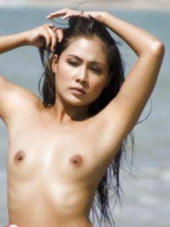 Голая азиатка на пляже соблазняет парней
