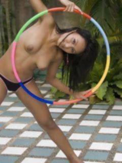 Голая азиатка с гимнастическим обручем